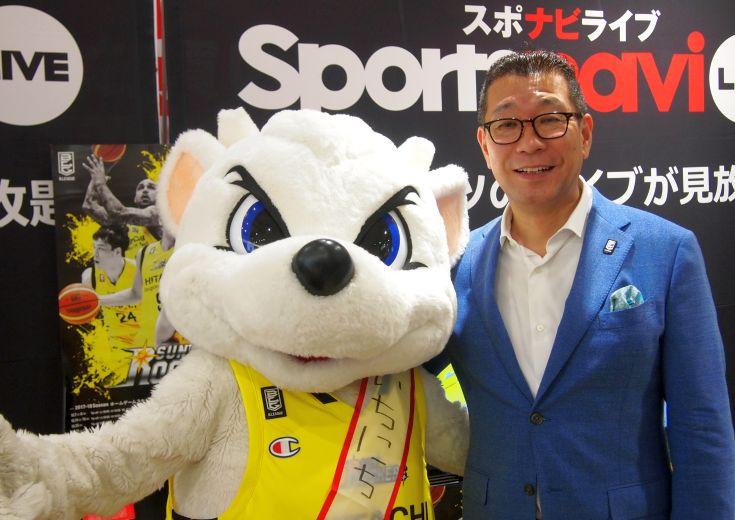 渋谷ド真ん中の『サンロッカーズ渋谷 公認ショップ』で一日店長を務めたサンディーを、大河正明チェアマンが激励!