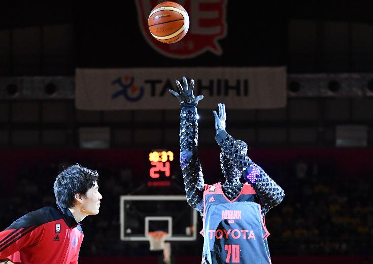 AIバスケロボの『CUE』(キュー)がアリーナ立川立飛でお披露目、馬場雄大との初勝負は引き分けに