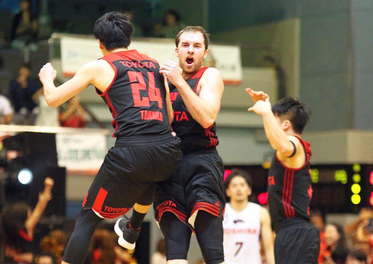 ザック・バランスキーが決勝弾! 粘りのバスケを展開したアルバルク東京が痛快な逆転劇で川崎ブレイブサンダースを破る