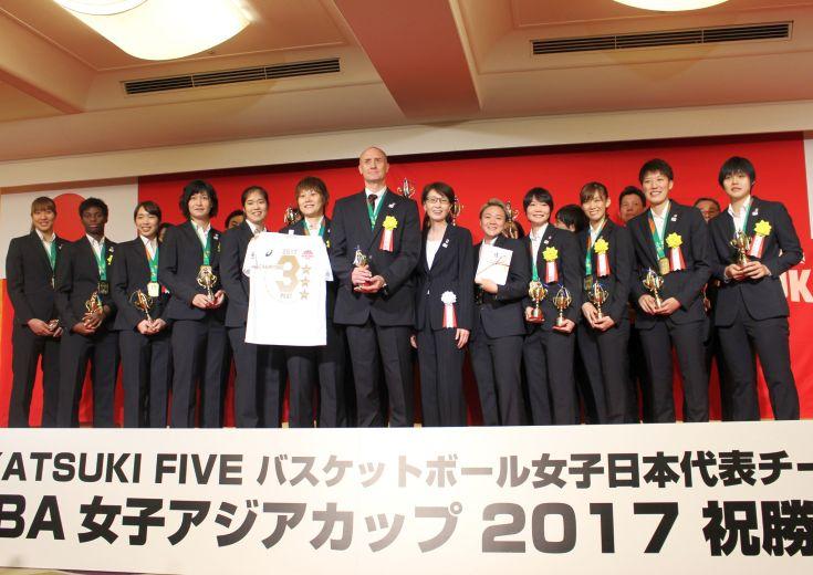 アジアカップ『優勝祝賀会』の席で女子日本代表を率いるトム・ホーバスは「ワールドカップでメダルを取りたい」と宣言!