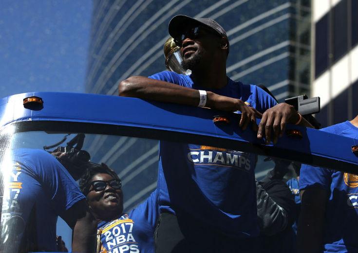 悲願のNBA初優勝を果たしたケビン・デュラント、優勝パレードで「努力が実った瞬間だった」と歓喜を味わう