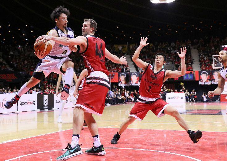連敗阻止に燃えたアルバルク東京が新外国籍選手2名を含むチーム一丸のバスケを展開、栃木ブレックスの堅守を粉砕