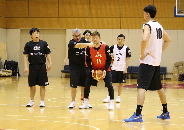新指揮官のフリオ・ラマスが合流し強化合宿中の男子日本代表。今週末のウルグアイ戦は「アジアカップの準備」